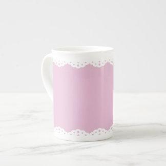 Tasse rose de porcelaine tendre d'équilibre d'oeil
