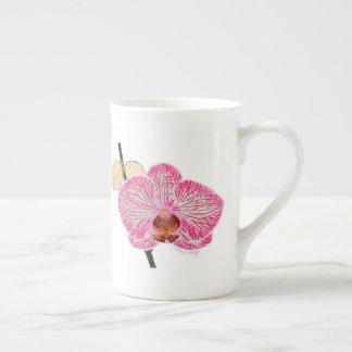 Tasse rose d'orchidée