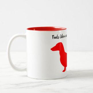Tasse rouge de teckel de silhouette