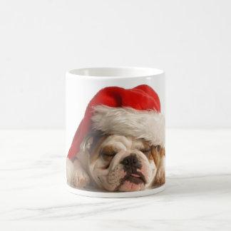 Tasse somnolente de bouledogue de Noël