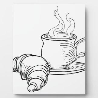 Tasse style vintage de thé et de croissant de plaque photo