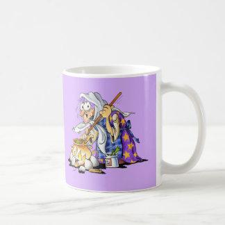 Tasses de café lilas et blanc avec la sorcière