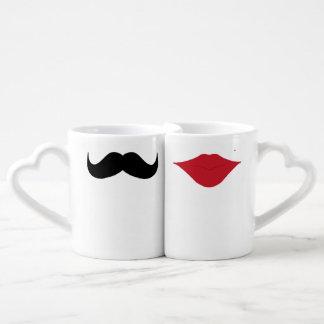 Tasses de couples de moustache et de lèvres