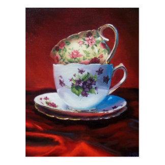 Tasses de thé et carte postale rouge de satin