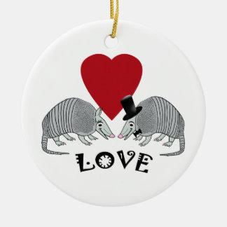 Tatous mignons dans l'amour ornement rond en céramique