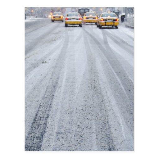 Taxis jaunes dans la tempête de neige cartes postales