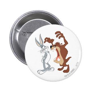 TAZ™ et Bugs Bunny reculant pas même - couleur Pin's