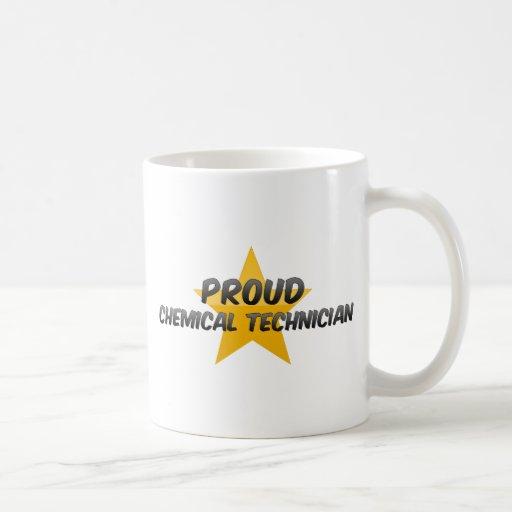 Technicien chimique fier tasse à café