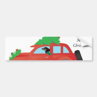 Teckel conduisant une voiture avec un arbre de autocollant de voiture