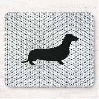 Teckel noir de silhouette sur noir et blanc tapis de souris