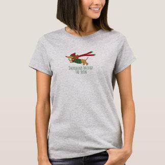Teckel par le T-shirt de base des femmes de neige