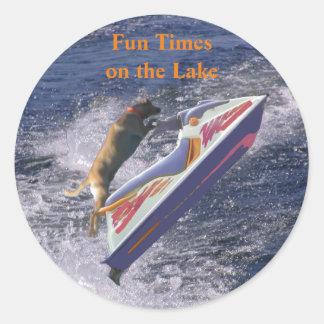 Temps d'amusement sur le cool Labrador de lac Sticker Rond