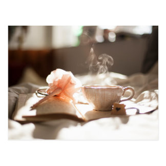 Temps de thé avec un bon livre dans le lit cartes postales