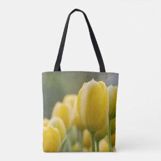 Tenez la tulipe jaune sac