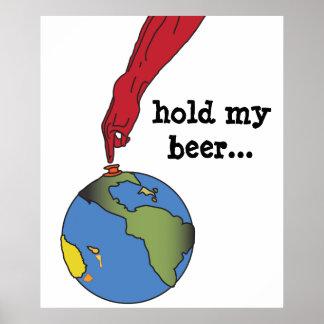 Tenez mon gant rouge de bière appuyant sur le poster