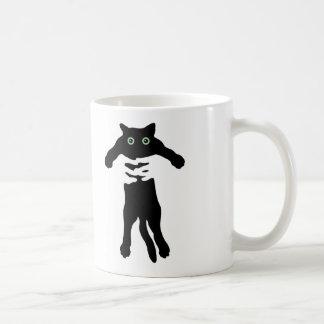 Tenir la tasse de café de chat