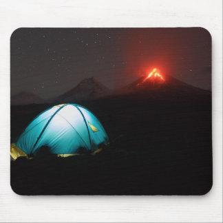 Tente de camp la nuit sur l'arrière - plan du tapis de souris