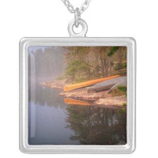Terrain de camping brumeux de canoë, lac Kawnipi, Collier