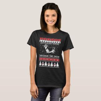 Terrier australien par le T-shirt de neige