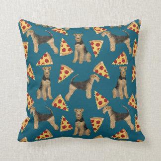 Terriers d'Airedale et coussin de pizza
