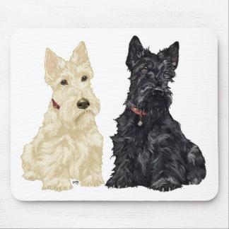 Terriers écossais blonds comme les blés et noirs tapis de souris