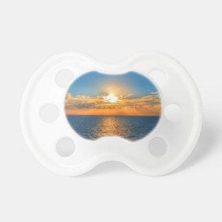 Tétine Beau coucher du soleil d'océan