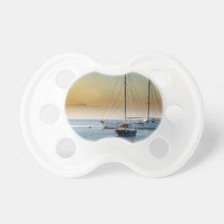 Tétine coucher du soleil de lac de mer de bateaux