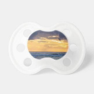 Tétine Coucher du soleil nuageux sur le bord de mer