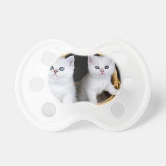Tétine Deux chatons blancs dans le panier sur