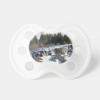 Tétine Glace congelée sur les montagnes rocheuses avec