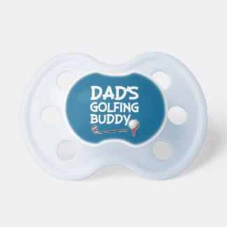 Tétine jouante au golf de bébé de l'ami du papa