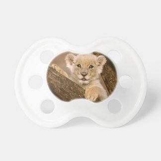 Tétine mignonne de CUB de lion