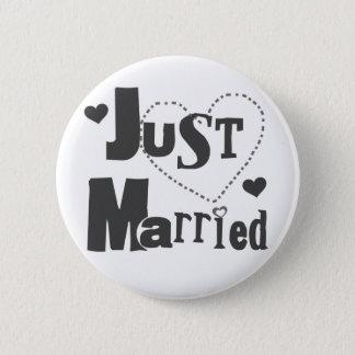 Texte noir avec le coeur juste marié badge