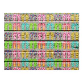 Texture en bois vintage de sandales colorées carte postale