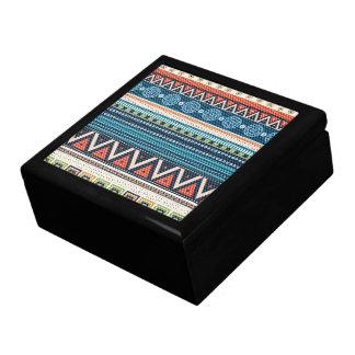 Texture tribale colorée de point de croix de zigza grande boîte à bijoux carrée