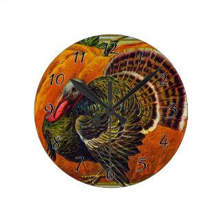 Thanksgiving Turquie devant un citrouille orange Horloge Ronde