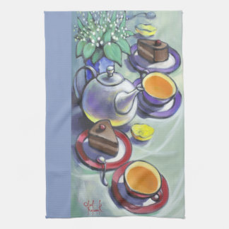Thé avec la serviette de thé de gâteau de forêt