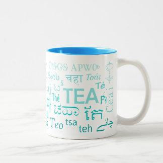 Thé dans chaque tasse de langue dans le bleu