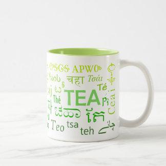 Thé dans chaque tasse de langue en vert