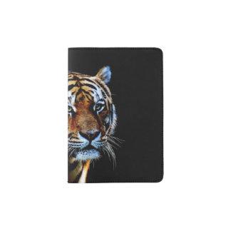 Tigre avec l'arrière - plan noir protège-passeport