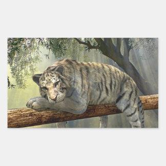 Tigre blanc refroidissant dans l'autocollant de sticker rectangulaire