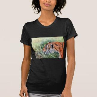 Tigre marchant par la jungle t-shirt