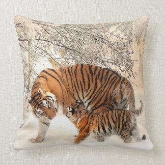 Tigre sibérien et coussin de CUB