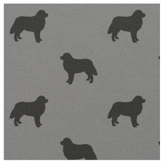 Tissu Motif de silhouettes de chien de montagne de