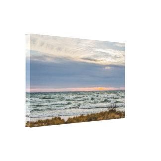 Toile Beau coucher du soleil avec Whitecaps sur le lac