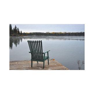 Toile Chaise vide sur la plate-forme de lac