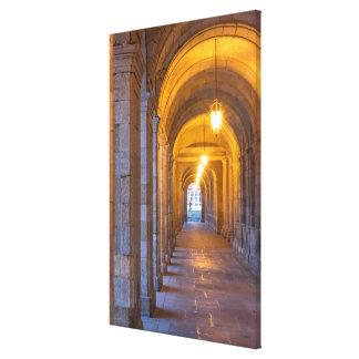 Toile Couloir en pierre allumé par lampe, Espagne