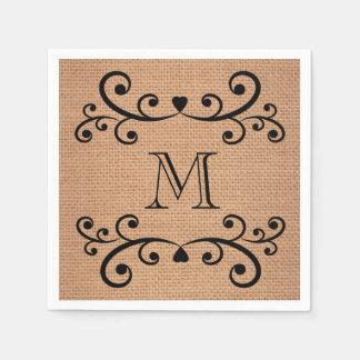 Toile de jute décorée d'un monogramme épousant les serviettes jetables