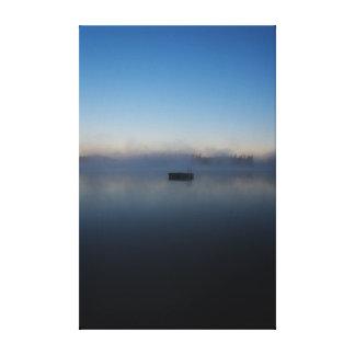 Toile Dock flottant de matin brumeux sur le lac avec le