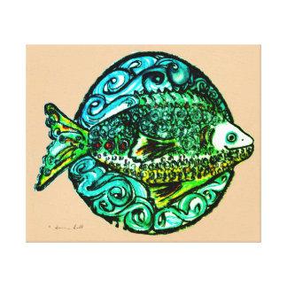Toile enveloppée par poissons amicaux dans des